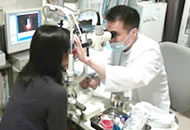 在日本,平时戴隐形眼镜的人大多先去眼科医院检查.在医院可以检查眼睛的状态,是否适合戴隐形眼镜.